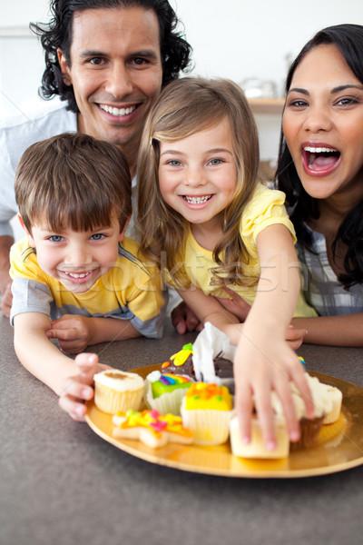 Animado familia comer cookies cocina feliz Foto stock © wavebreak_media