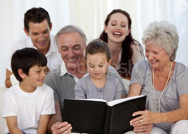 Familie naar foto album home vrouw Stockfoto © wavebreak_media