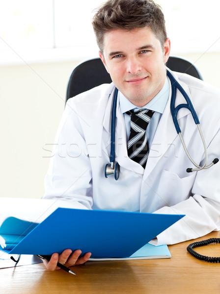 Orvos olvas jelentés orvosi egészség dolgozik Stock fotó © wavebreak_media