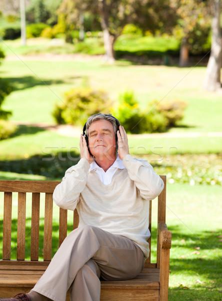Emeryturę człowiek słuchania muzyki głowie parku Zdjęcia stock © wavebreak_media
