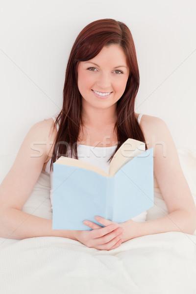 Di bell'aspetto femminile lettura libro seduta letto Foto d'archivio © wavebreak_media