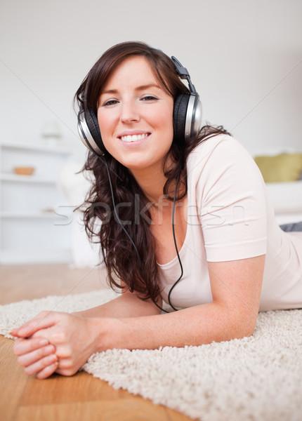Stock fotó: Gyönyörű · barna · hajú · női · fejhallgató · szőnyeg · nappali