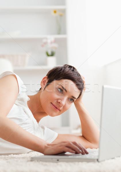 Retrato calma mulher relaxante laptop tapete Foto stock © wavebreak_media