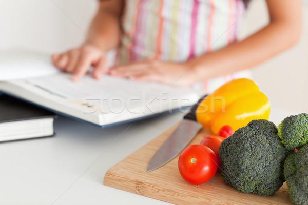 Fiatal nő tanácsadás notebook áll konyha étel Stock fotó © wavebreak_media