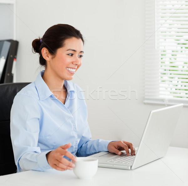 Stock foto: Gut · aussehend · Frau · entspannenden · Laptop · genießen · Tasse