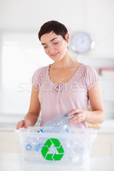 Esmer kadın şişeler geri dönüşüm kutu Stok fotoğraf © wavebreak_media
