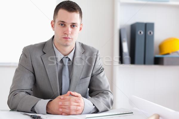 Architekt gefaltet Hände Sitzung hinter Tabelle Stock foto © wavebreak_media