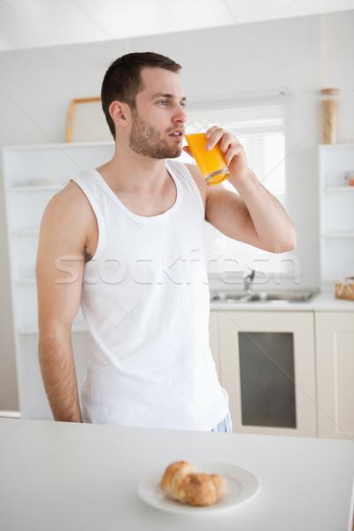 Stockfoto: Portret · gezonde · man · drinken · sinaasappelsap · keuken