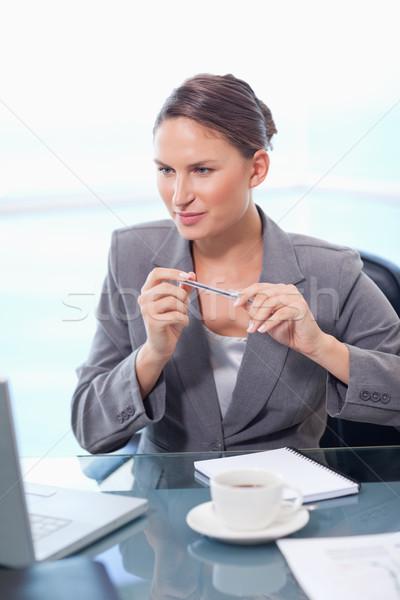 Portré fókuszált üzletasszony jegyzetel iroda toll Stock fotó © wavebreak_media
