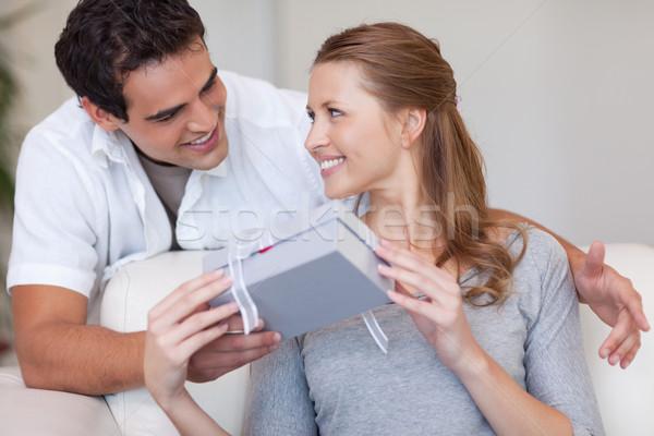 Mulher jovem sorridente alegremente apresentar namorado feliz Foto stock © wavebreak_media