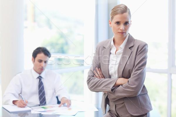 Komoly üzletasszony pózol kolléga dolgozik tárgyalóterem Stock fotó © wavebreak_media
