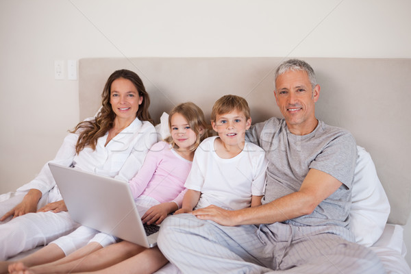 Souriant famille utilisant un ordinateur portable chambre sourire maison Photo stock © wavebreak_media