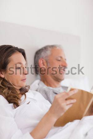 портрет женщину чтение книга муж газета Сток-фото © wavebreak_media