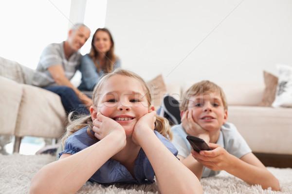 Сток-фото: Смотря · телевизор · родителей · гостиной · семьи · любви