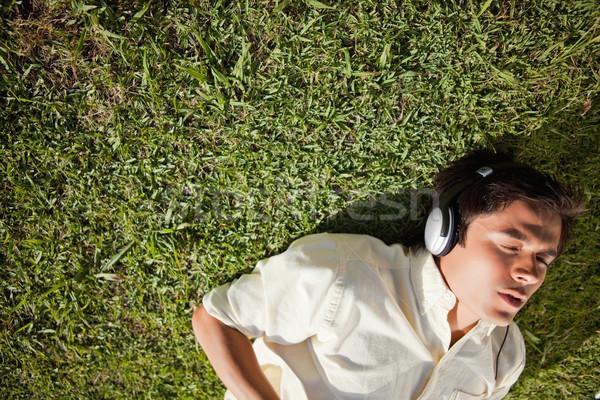 Kilátás férfi csukott szemmel fejhallgató hallgat zene Stock fotó © wavebreak_media