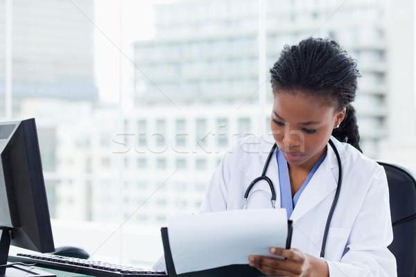 Feminino médico assinatura documento escritório mulher Foto stock © wavebreak_media