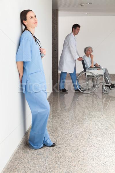 Pielęgniarki ściany lekarza popychanie pacjenta Zdjęcia stock © wavebreak_media