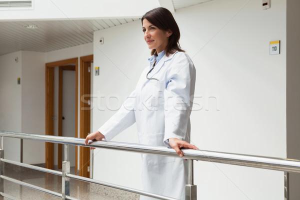 Orvos áll korlát kórház folyosó nő Stock fotó © wavebreak_media