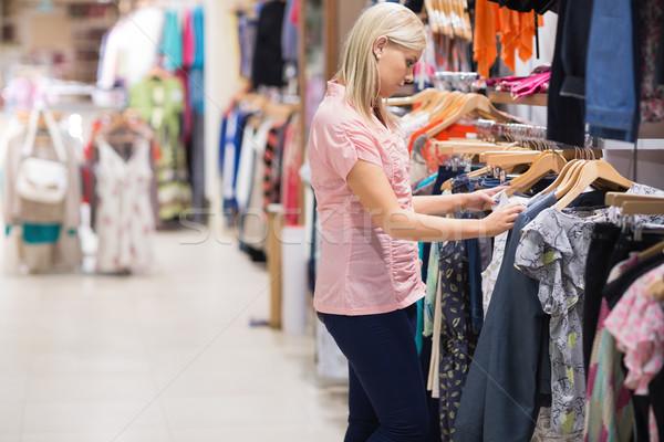 Zdjęcia stock: Kobieta · stałego · sklep · patrząc · ubrania · kolej