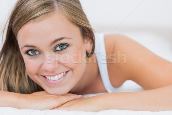 Blond femme lit blanche chambre beauté Photo stock © wavebreak_media