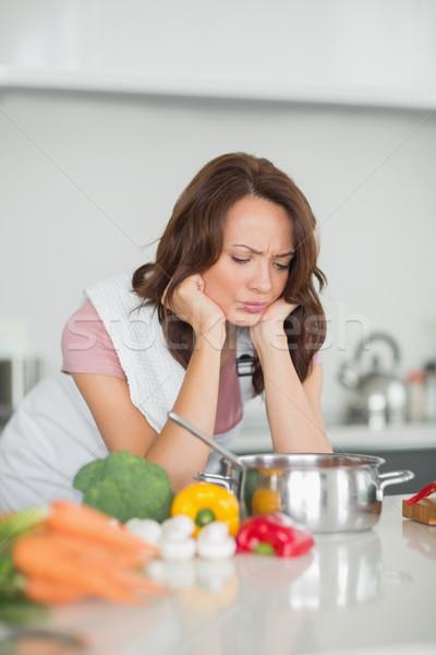 Sérieux femme cuisine jeune femme maison Photo stock © wavebreak_media
