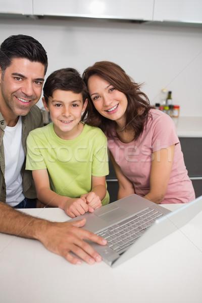 Stockfoto: Glimlachend · paar · zoon · met · behulp · van · laptop · portret · jonge