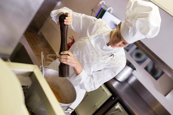 Női szakács ételt készít konyha koncentrált fiatal Stock fotó © wavebreak_media