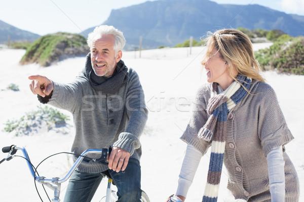 Insouciance couple vélo pique-nique plage lumineuses Photo stock © wavebreak_media