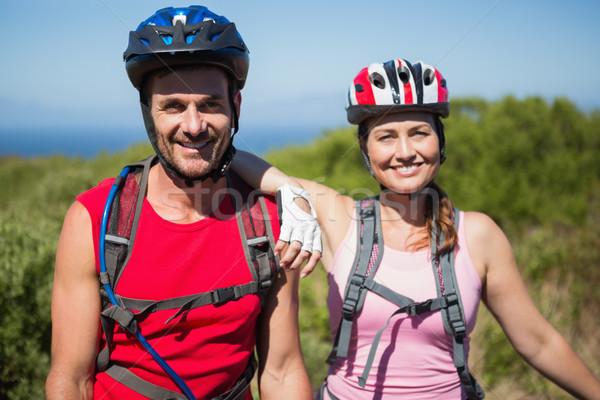 Ativo casal ciclismo sorridente câmera Foto stock © wavebreak_media