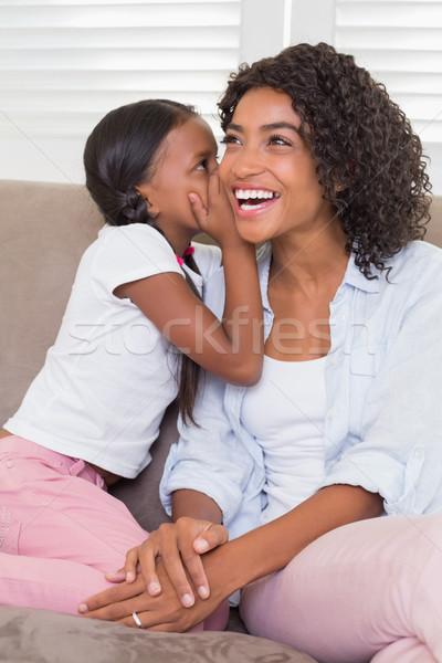 Csinos anya ül kanapé lánygyermek suttog Stock fotó © wavebreak_media