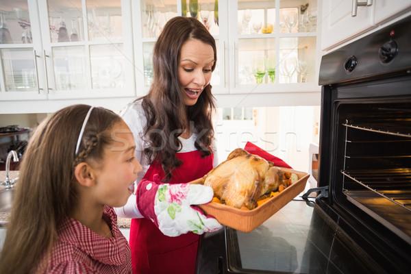 Sorpreso madre figlia Turchia home cucina Foto d'archivio © wavebreak_media