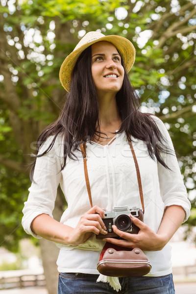 Sorridere bruna vecchio stile fotocamera parco Foto d'archivio © wavebreak_media