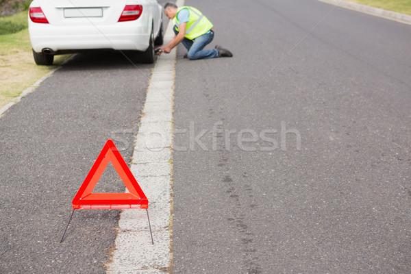 Człowiek opon samochodu narzędzie wakacje Zdjęcia stock © wavebreak_media