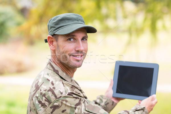 Soldado mirando parque árbol Foto stock © wavebreak_media