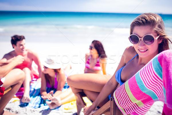Gelukkig vrienden zonnebaden samen strand vrouw Stockfoto © wavebreak_media