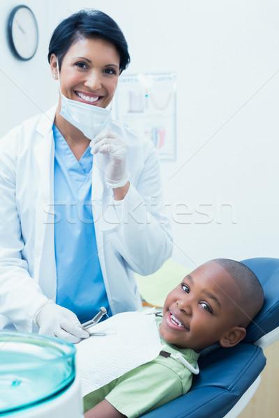 Retrato sonriendo femenino dentista examinar ninos Foto stock © wavebreak_media