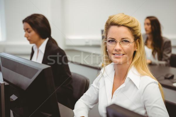 Glimlachend zakenvrouw werken computerruimte kantoor computer Stockfoto © wavebreak_media