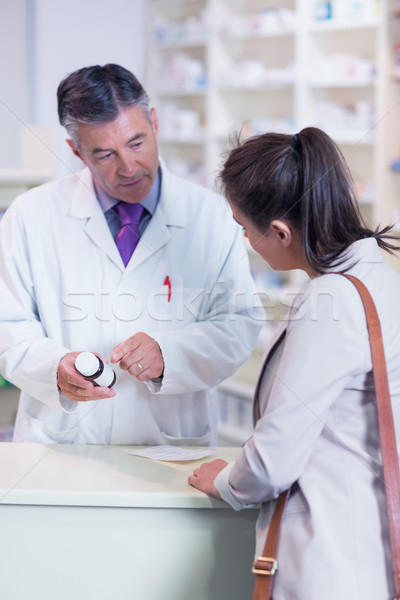 Farmacêutico garrafa drogas falante cliente Foto stock © wavebreak_media