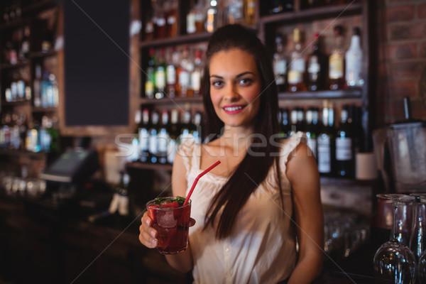 Vrouwelijke barman cocktail drinken bar Stockfoto © wavebreak_media