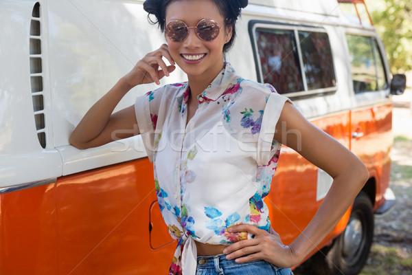 Vrouw zonnebril poseren park mooie vrouw mode Stockfoto © wavebreak_media