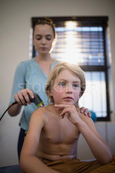 Nadenkend shirtless jongen vergadering vrouwelijke arts Stockfoto © wavebreak_media