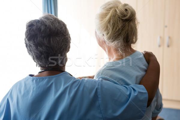 Enfermera pie altos mujer asilo de ancianos Foto stock © wavebreak_media