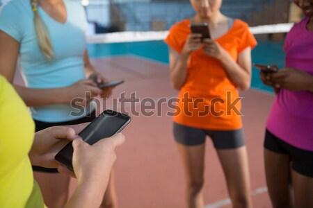 Középső rész röplabda játékosok telefonok mobiltelefonok bíróság Stock fotó © wavebreak_media