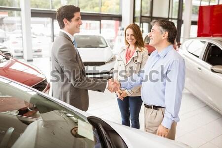 Vendeur client nouvelle voiture salle d'exposition femme Photo stock © wavebreak_media