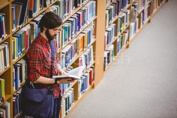 Estudiante lectura libro plataforma biblioteca Foto stock © wavebreak_media