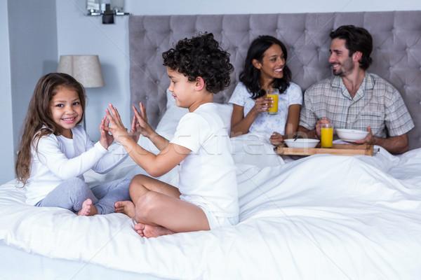 Crianças jogar cama pais homem feliz Foto stock © wavebreak_media