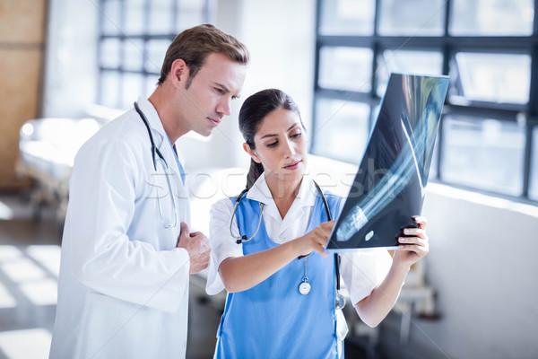 Medycznych zespołu patrząc xray wraz szpitala Zdjęcia stock © wavebreak_media