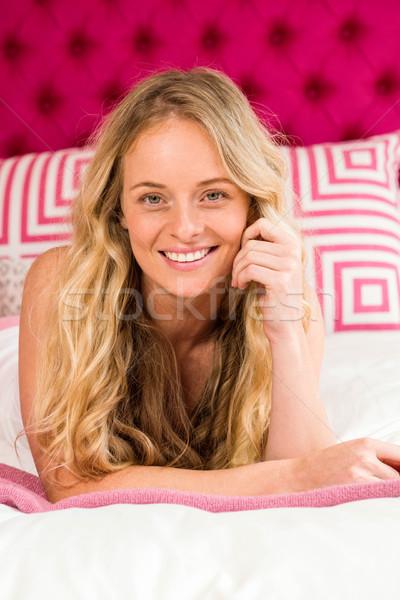 Mooie vrouw bed naar camera slaapkamer man Stockfoto © wavebreak_media