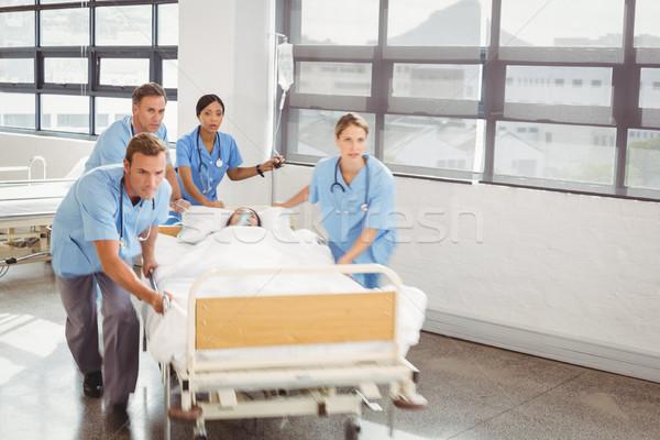 Csoport orvosok hordoz nő beteg kórház Stock fotó © wavebreak_media