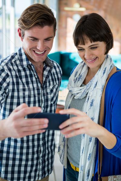 Sonriendo Pareja mirando teléfono móvil Cafetería ordenador Foto stock © wavebreak_media